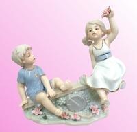 Фарфоровая фигурка: мальчик с девочкой на лавочке (фф-47)