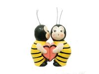 Два котика, зайчика, пчелки держат половинку сердца (к-11)
