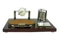 Канцелярские принадлежности: небольшая подставка с механическими часами под ручки и отрывную бумагу (кп-61)