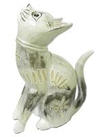 Кот серебристый, с ротангом на шее, смотрит вверх (кн-74)